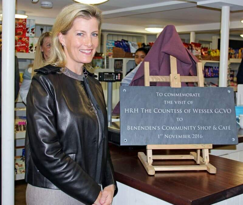 The Countess unveiling the Commemorative Plaque.